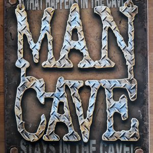 MAN CAVE – Metalen wandbord – What Happens in the Cave…