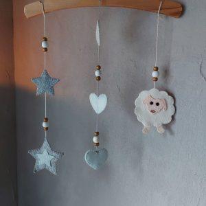 Hanger voor de babykamer – Schaapje van Vilt – Handgemaakt